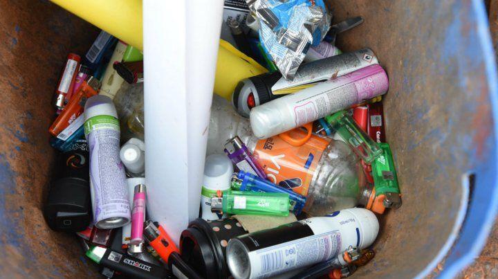 Encendedores y desodorantes fueron decomisados en las puertas del club.