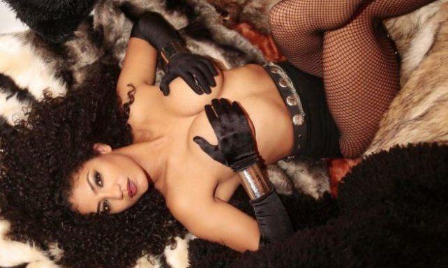 Kate Rodríguez tapó su desnudez con un hilito para promocionar una nueva serie de TV