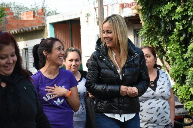 Daniela León junto a vecinas del barrio La Cerámica.