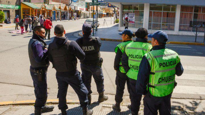 La policía custodia la puerta de ingreso al juzgado de Esquel