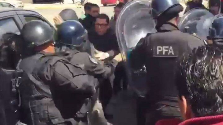 Un grupo de manifestantes se enfrentaron con la policía por la aparición de un cuerpo