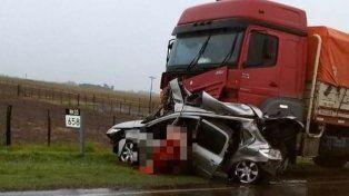El tremendo choque entre el camión y un auto.