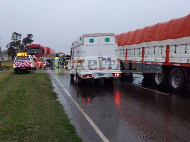 Dos víctimas fatales por un choque entre un camión y un auto en la ruta 33
