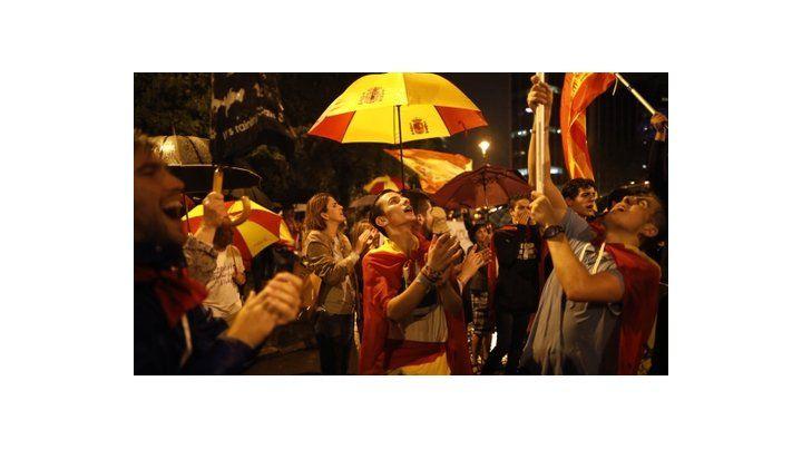 Histórico momento. Unionistas manifiestan en Barcelona en reclamo de que las autoridades catalanas pongan fin a la ruptura con Madrid.