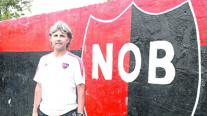 Bien de Newells. Héctor Bidoglio llegó a jugar en la reserva con Bielsa como DT. Ahora le toca a él ser el conductor de los pibes.