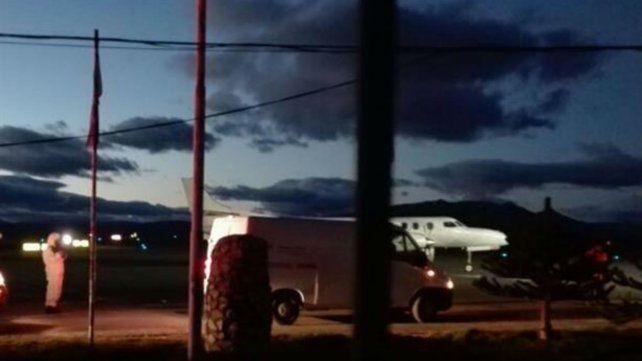 El avión a punto de partir del aeropuerto de Esquel.
