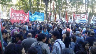 La Plaza 25 de Mayo se colmó de manifestantes que llegaron para acompañar a las Madres en su habitual ronda de los jueves y pedir por Santiago Maldonado.