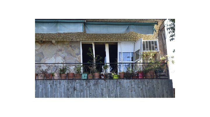 trampa mortal. Vidrios rotos y ventanales desencajados en el primer piso de la casa de Ituzaingó al 3500.