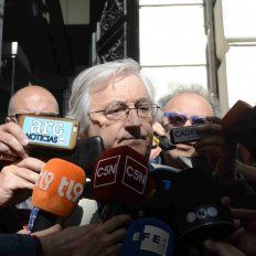 El perito de la familia del joven Maldonado, Alejandro Inchaurregui, habla con la prensa al llegar a la Morgue Judicial