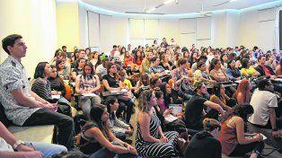 Medicina, primera en los estudios de la universidad pública local hacia la que se orientan las jóvenes y los jóvenes.