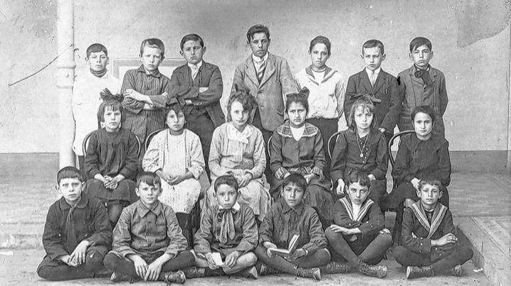 Alumnos y alumnas de la Escuela Almafuerte en el primer año de su creación.