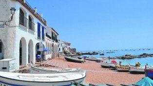 Cantor y embustero. Desde alguno de esos soleados balcones, el Nano observaba su Mediterráneo pensando siempre en volver, solo o con una mujer, beber un buen vino junto a las olas que, jugando con la marea, vienen a besar su aldea.