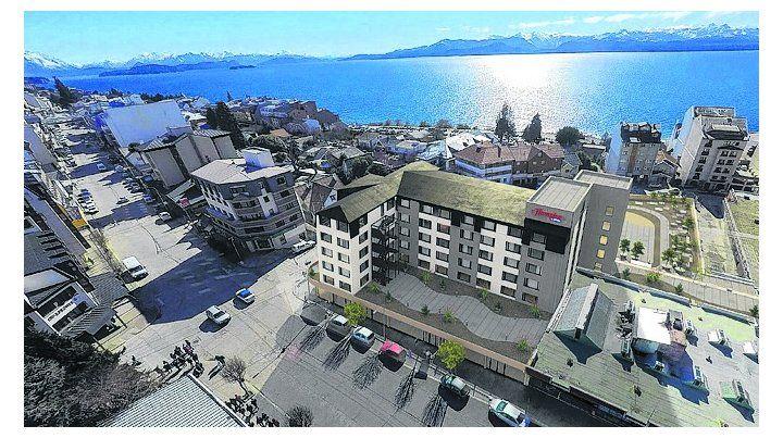 Confort. El Hampton by Hilton Bariloche y su mágico entorno junto al Nahuel Huapi.