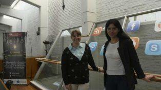 Evangelina Vives y Noelia Navoni, las coordinadoras del taller que facilita el acceso a libros y material de estudio.