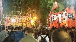 Manifestantes de diversos partidos y organizaciones sociales se congregaron esta noche en la Plaza 25 de Mayo para reclamar justicia por Santiago Maldonado.