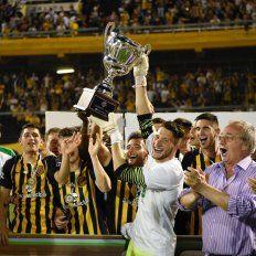 A festejar. Ledesma levantó el trofeo de la Copa Santa Fe y celebró junto a los chicos canallas.
