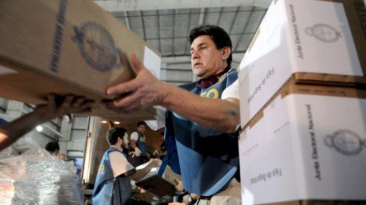 Todo listo. Personal del Correo Argentino comenzó ayer con el reparto de urnas.