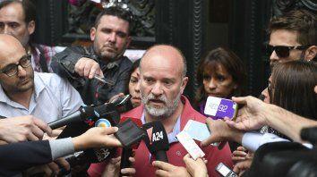 En la puerta de la Morgue Judicial, Sergio Maldonado comunicó a la prensa que el cuerpo que estaba siendo peritado era el de su hermano.