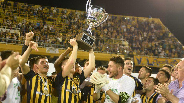 Canallada. Los chicos festejaron a rabiar el logro de la Copa Santa Fe. Lo tienen merecido.