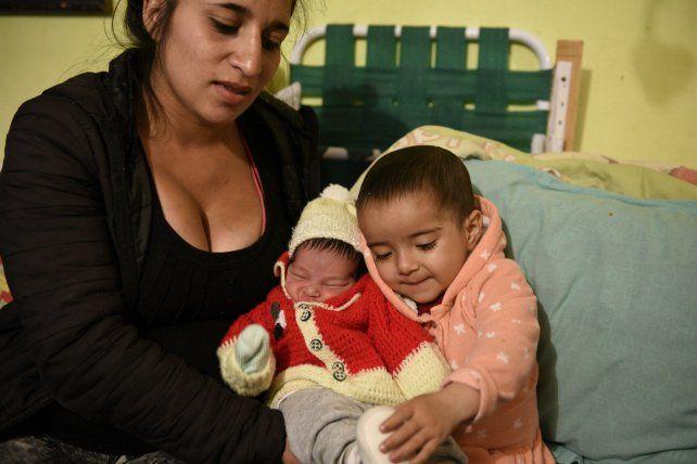 Victoria abraza a Pablo como si supiera que el niño es clave para su futuro. Su madre los observa emocionada.
