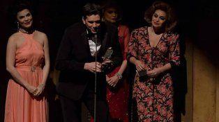 Boni agradece el premio, con la estatuilla en sus manos. De 40 años, el artista trabaja por el mundo.