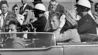 1963. Kennedy y su esposa Jackie, en Dallas momentos antes del asesinato.