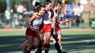 Sofía Kasevich, que hizo un triplete para Provincial, celebra uno de sus goles con Rocío Caldiz.