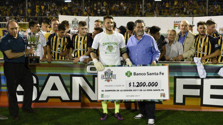 Premio de la Copa. Ledesma recibe el cheque de manos de Luis Núñez