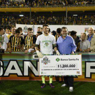 Premio de la Copa. Ledesma recibe el cheque de manos de Luis Núñez, el gerente del Banco Santa Fe.