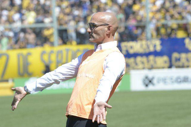 A puro gesto. Paolo Montero se mostró confiado en que Central pasará de fase en la Copa Argentina.