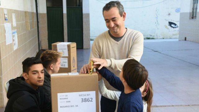 Javkin fue a votar junto a sus hijos