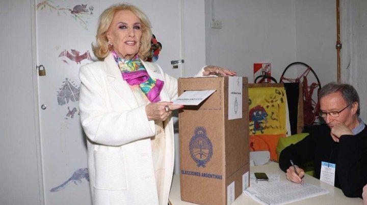 Mirtha Legrand atendió su mesaza y, de punta en blanco, se fue a votar a Palermo