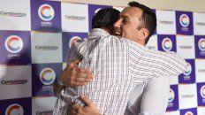 Luis Petri, que aspira a renovar la banca, se abraza con el exministro Enrique Vaquié.