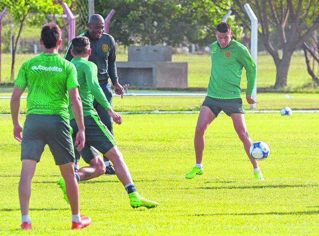 Dominio. Martínez intenta controlar el balón en el entrenamiento de ayer. El volante vuelve a su posición natural.