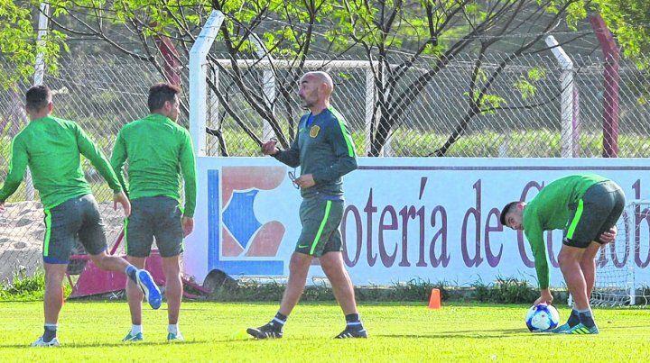 Esto es así. Montero le da indicaciones a Carrizo en la práctica de ayer en Córdoba. El Pachi vuelve al equipo.