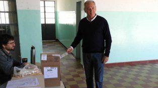 Cambio de mano. Atilio Benedetti, cabeza de Cambiemos, ayer al votar.