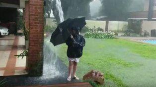 Un niño salió a jugar con la lluvia y se salvó de milagro de ser fulminado por un rayo