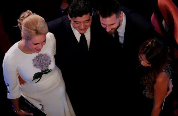 El emotivo encuentro de Maradona y Messi en la alfombra roja de los premios The Best