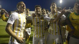 El Pachi Carrizo festeja junto a Marco Ruben y Fernando Zampedri, el autor del gol de la victoria.