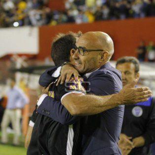 Emocionado. Montero se abrazó con el cuarto árbitro tras el final del encuentro en Córdoba.