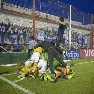 Montaña de felicidad. Todos sepultan a Zampedri, autor del tercer gol canalla en Córdoba.