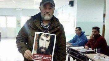 El hermano de Santiago concurrió el domingo a votar con una foto del joven muerto.