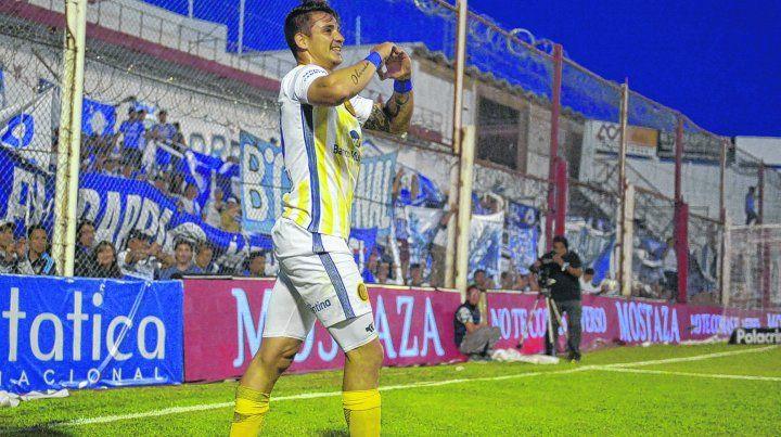 El definidor. Fernando Zampedri ingresó en el complemento en lugar de Herrera y marcó el gol con el que Central se quedó con el triunfo y la clasificación a semifinales de la Copa Argentina. Y lo festeja con el corazón.