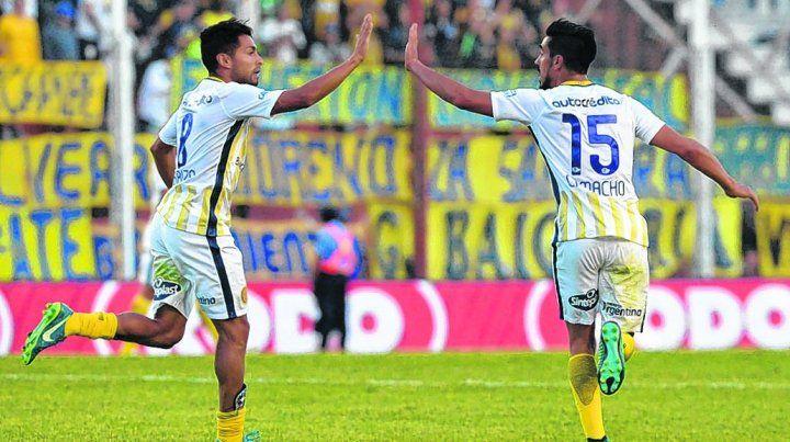 El 2-2. Pachi Carrizo recibe el saludo del uruguayo Camacho luego de convertir el empate parcial ante los mendocinos.