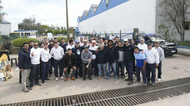 Los trabajadores reunidos esta mañana frente a la empresa.