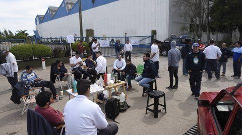 vigilia. Los empleados se apostaron frente a la planta desde el sábado.