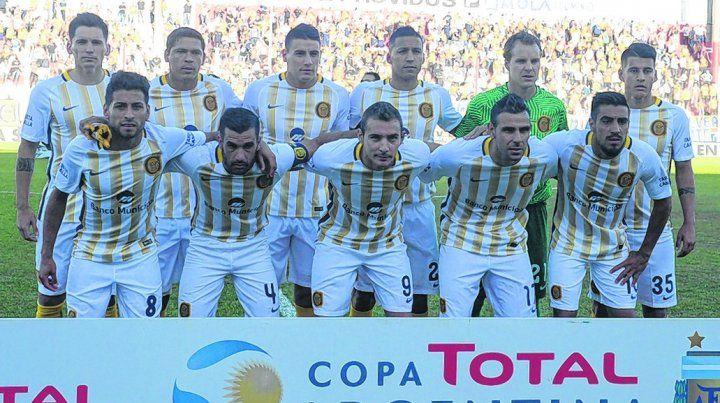 Para la foto. Los jugadores de Central que iniciaron el partido del lunes ante Godoy Cruz. Los canallas quieren coparse.
