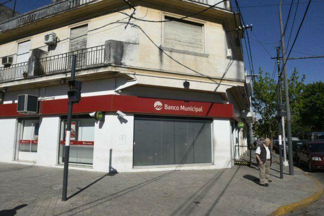 La sucursal de Mendoza y Pascual Rosas. Uno de los cajeros fue violentado.