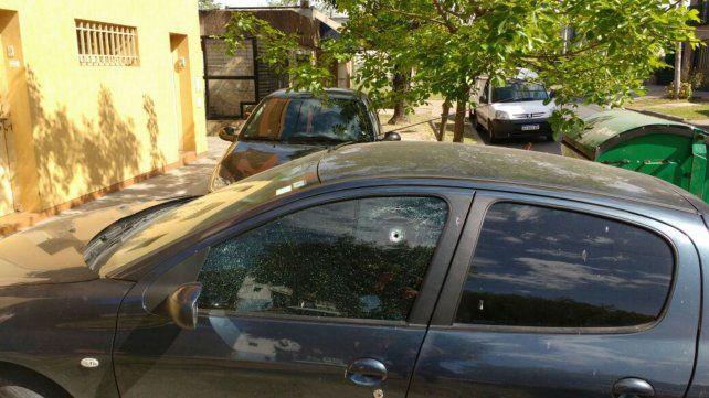 Una de las balas impactó en el ventana de la puerta del acompañante.