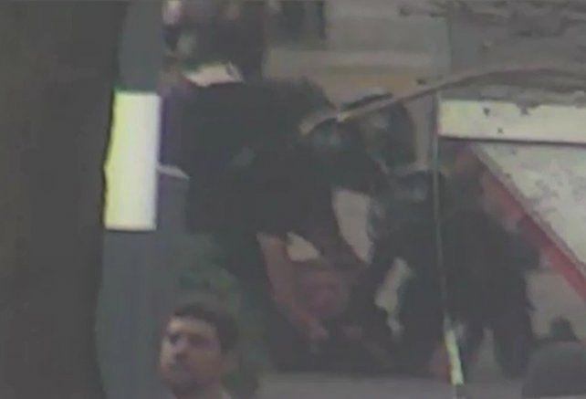 Un video muestra la electrizante detención de dos jóvenes que robaron una moto en el centro